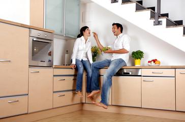 Verliebte in der Küche beim Füttern