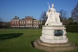 Statue devant Kensington palace à Londres poster