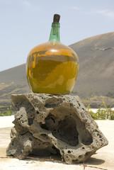 Botella de vino sobre roca volcánica