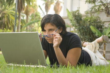 Mujer concentrada con portátil