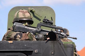 Soldat im Panzer mit Waffe