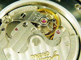 Armbanduhr Blick durch Glasboden ins Automatikwerk