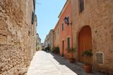 Schmale Gasse in Alcudia - Alcúdia - Mallorca, Spanien
