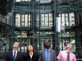 Business-Team blickt nach oben