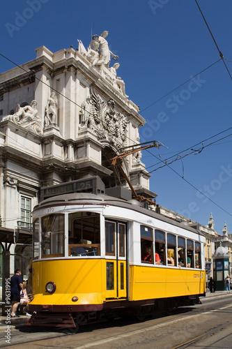 typowy-tramwaj-w-commerce-square-lizbona-portugalia