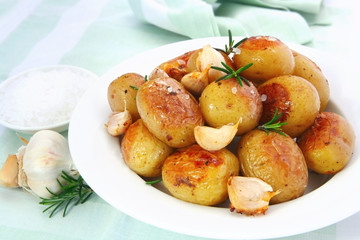 Roasted garlic potatoes with seasalt and rosemary.