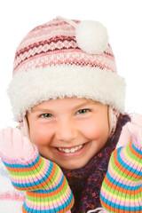 ein kleines mädchen mit wärmenden wintersachen