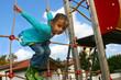 petite fille sur l'aire de jeux