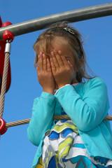 petite fille se cachant le visage