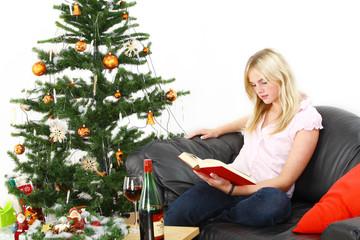 Junge Frau zur Weihnachtszeit