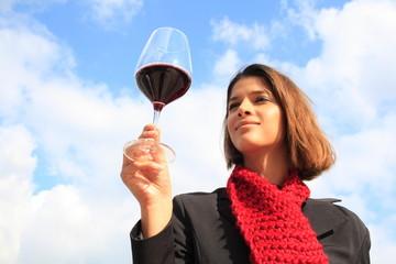 Junge Frau verkostet einen Rotwein, Barolo, Piemont, Italien