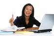 Junge erfolgreiche lachende Frau mit Laptop