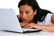 Eine junge nachdenkliche Frau mit Laptop Computer