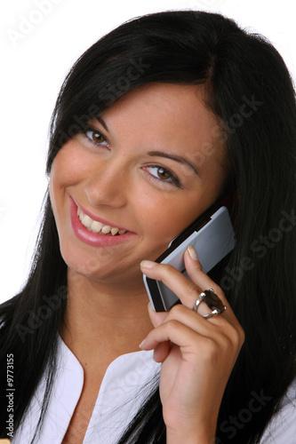 Teenager telefoniert lachend mit Handy