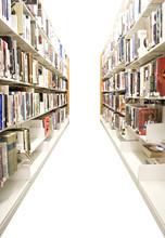Nawy w bibliotece publicznej z półkami pełnymi książek wyizolowanych.