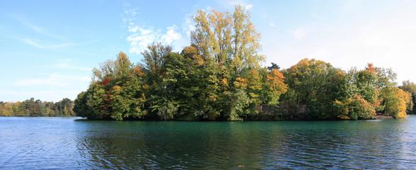 panorama sur île et lac du parc