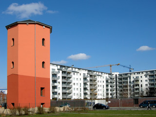 Alter Wasserturm und Plattenbauten