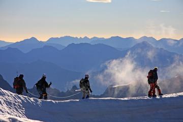 Alpinistes dans la brume