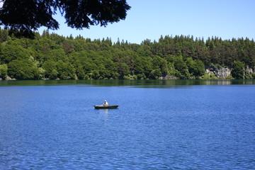 lac et pêcheur auvergne