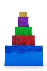 eine bunte geschenkpyramide vor weissem hintergrund