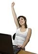 Chica victoriosa con ordenador portátil