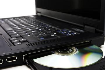Imagen cercana de un portátil y un lector CDRom / DVDRom