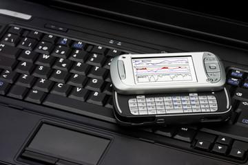 Portátil y PDA mostrando una tabla de economía