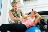 Trainer und Bauchübung (Sit-up) poster