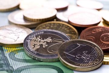 Viel Kleingeld und eine hundert Euro Banknote