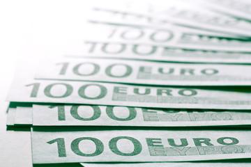 Viele grüne Geldscheine in einer Reihe