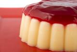 Vanillepudding mit Erdbeersauce zum Dessert