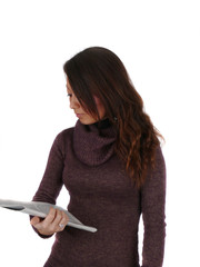 Junge Frau hält Zeitschrift im Arm und liest.