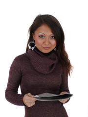 Junge Frau hält Magazin in der Hand und schaut auf.