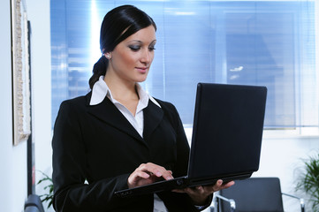 Businesswoman, to make use of laptop pc