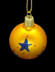 Weihnachtskugel golden mit blauem Stern freigestellt