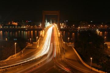Elisabethbrücke in Budapest bei Nacht