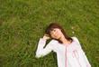 草原で眠る女性