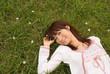 草原に横たわる女性