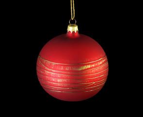 Weihnachtskugel rot mit goldenen Streifen freigestellt