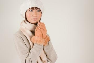 ニット帽をかぶった女性