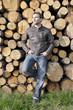 Mann mit Jeans und Lederjacke