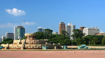 Chicago's skyline with Buckingham Fountain in the foreground