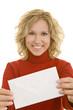 Blonde Frau zeigt einen Briefumschlag