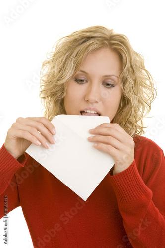 Blonde Frau klebt einen Briefumschlag zu