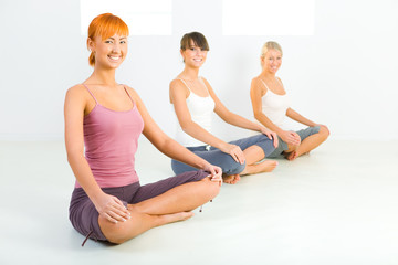 Women doing yoga exercices