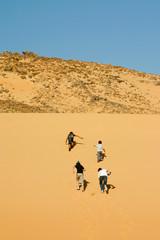 enfants grimpant la dune