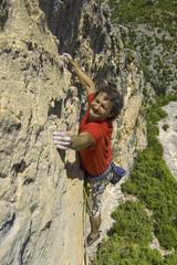 Hombre escalando extremo 2