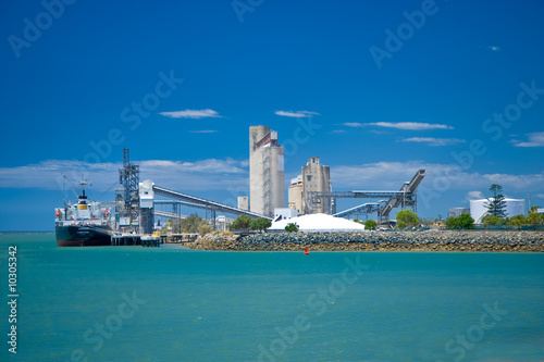 Ship loading at Gladstone port, Central Queensland, Australia. - 10305342