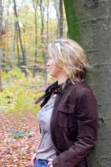 Junge Frau im Herbst im Wald
