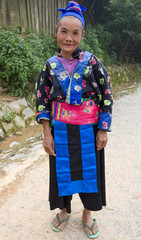 Hmong, alte Frau in Laos, in traditioneller Tracht